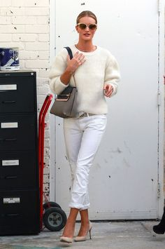 Rosie Huntington Whiteley - She wore a cream sweater with a white jeans. Rosie Huntington-Whiteley wore the Chloe Knitted Sweater as she does some shopping with a friend in Beverly Hills, California on October 2014 Rosie Huntington Whiteley, Brunch Outfit, Celebrity Style Guide, Celebrity Outfits, Celeb Style, White Pants, White Denim, Vogue, Fall Fashion Trends