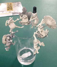 こんなのずっと待っていた。コップのふちにひっかけられる「コップのフチ子」シリーズはこれまでも様々なモチーフが産み出されてきたが、ついに鳥獣戯画バージョンが登場したようだ。 カエルやウサギ、サルや猫をコップにひっかけて飲む麦茶はさぞおいしいことだろうよ