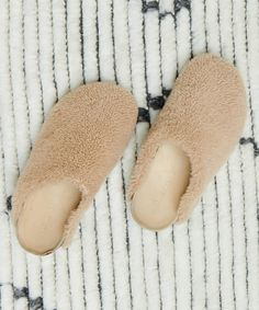 Slippers For Girls, Womens Slippers, Womens Flats, Fuzzy Slippers, Hip Bones, Comfortable Outfits, Get Dressed, Minimalist Fashion, Clogs