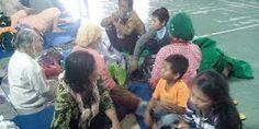 Siswa Sekolah Menengah Pertama (SMP) Al Muslim Sidoarjo, Jawa Timur, berjualan barang hasil kerajinan tangan mereka yang hasilnya untuk..