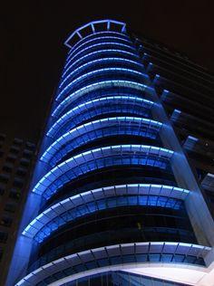 Mida Tower – Kuala Lumpur  C'est dans le quartier de la gare de KL Sentral que le Malaysian Industrial Development Authority (MIDA)vient de construire cet immeuble de bureaux de 30 étages à Kuala Lumpur (Malaisie) baptisé Mida Tower, la conception lumière de la façade de cet édifice est est éclairée par Neolight.
