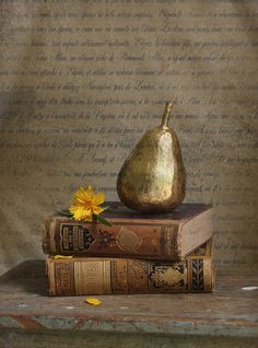 Golden pear and old books. Beautiful still life. Decoupage, Book Centerpieces, Old Books, Vintage Books, Shades Of Gold, Touch Of Gold, Autumn Leaves, Still Life, Decorative Items