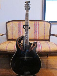 Applause AEN148です。レアな黒メタリックの美しいギターです。 ギタースタンドや背景のチェアはオークションには含まれません。