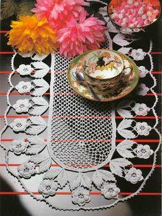 Crochet y dos agujas: Camino de mesa con diseño de flores