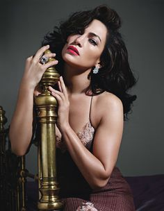 Okay, Jennifer Lopez looks AHH-mazing with dark hair (her true hair color). Hope she sticks with it!