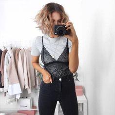 7 maneiras descoladas de usar body lingerie. T-shirt cinza, body de renda, calça skinny preta