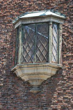 Looks like so many Tudor windows in England. :) Oriel window on an old tudor revival in Los Angeles Tudor House, Tudor Decor, Storybook Homes, Tudor Style Homes, English Tudor, Architecture Details, Tudor Architecture, Cottage, Beautiful Buildings