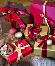Geschenkverpackungen in den Farben Rot und Gold sehen einfach besonders weihnachtlich aus! Und nicht nur das: Bei jedem werden sofort Kindheitserinnerungen wach. Alles was Du zum Verpacken Deiner Weihnachtsgeschenke benötigst, findest Du bei WestwingNow. // Geschenke Weihnachten Christmas Ideen Deko Dekorieren DIY Schenken Advent Schleife Geschenkpapier Rot Gold Kugel#Schenken#Geschenke#Weihnachten#Christmas#Ideen#Deko #Advent#Schleife