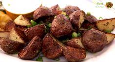 """""""وصفة بسيطة ولذيذة للبطاطس الحمراء المحمصة مع لمسة من إكليل الجبل """"."""