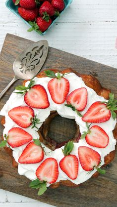 Turn your average biscuit dough into this simply stunning strawberries and cream pull-apart bread. Turn your average biscuit dough into this simply stunning strawberries and cream pull-apart bread. Sweet Recipes, Snack Recipes, Dessert Recipes, Cooking Recipes, Snacks, Healthy Recipes, Strawberry Bread, Strawberry Recipes, Strawberry Shortcake