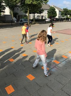 Lezend hinkelen | Juf Joycella Outdoor Education, Outdoor Learning, Cooperative Learning, Fun Learning, Tandem, 4 Kids, Primary School, School Projects, Spelling