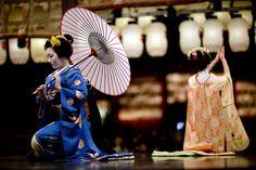 Higashiyama Hanatouro 2010 (by Onihide)    Maiko Fukuhina ふく雛 and Toshiyui とし結