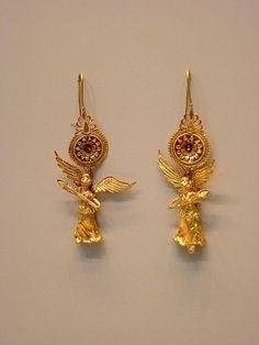 Paio di orecchini in oro con Nike alata di fattura ellenistica (225-175 a.C.) - Getty Villa Museum