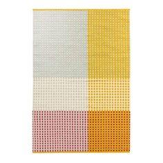 Punavuori in der gelb dominierten Variante ist ein Teppich der finnischen Textildesignmarke Vallila, der aus einer Baumwoll-Woll-Mischung gewebt wird. Das dezente, grafische Muster in charakterstarker Farbkombination setzt klare Akzente im Zuhause.