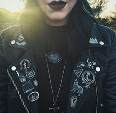 There are so many ways to wear a leather jacket. Leather jacket outfits are super versatile whether black or brown and can go with almost any look! Grunge Style, Soft Grunge, Grunge Goth, Nu Goth, Goth Style, Grunge Hair, Dark Fashion, Grunge Fashion, Gothic Fashion