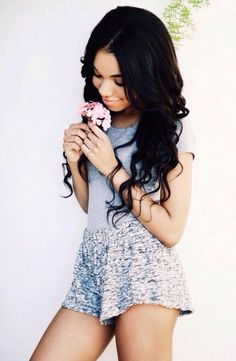Hey I'm Teala! I'm a YouTuber,17 and single!! I'm also a romantic at heart. Intro?