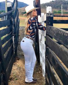 Cowgirl Look, Cowboy Girl, Sexy Cowgirl Outfits, Estilo Cowgirl, Cute Country Girl, Rodeo Girls, Beautiful Blonde Girl, Biker Girl, Sexy Jeans