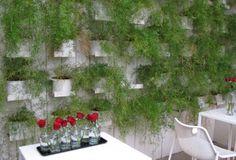 Un mur végétal pour l'intérieur de nos maisons et nos terrasses peut être facile à réaliser et pas forcement très onéreux.  L'aménagement de la terrasse du restaurant milanais Home me plait énormément, le mur est masqué par des pots de plantes retombantes, des Asparagus dont le feu