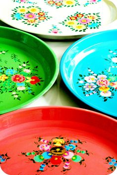 retro *My Grandmother had some plates like this* I could see these easily being copied with just plastic trays and some paint* I could do this! Vintage Tins, Vintage Love, Retro Vintage, Coco Rose Diaries, Deco Boheme, Granny Chic, Kitsch, Decoration, Bunt