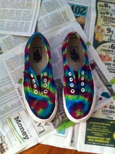 DIY VAN kicks - How to Make Tie Dye Sneakers. Super cute, wanna do this for summer fo sho. Tie Dye Shoes, How To Dye Shoes, How To Tie Dye, How To Make, Converse, Vans, Ty Dye, Sharpie Tie Dye, Tie Dye Party