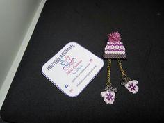 hat and mittens brick stitch Beaded Bracelet Patterns, Jewelry Patterns, Beading Patterns, Beaded Crafts, Jewelry Crafts, Seed Bead Art, Motifs Perler, Beaded Jewelry Designs, Beaded Brooch
