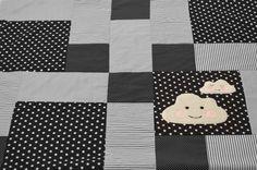 Ztoff.Babiez Handmade Krabbeldecke und Babydecke mit Wolken und Wölkchen in schwarz, Rückseite mit Teddyplüsch oder Wellnessfleece, individualisierbar mit Namen auf www.ztoff.de