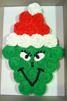 The Grinch Pull Apart Cupcake Cake - The Grinch Christmas Treats! Adorable fun… The Grinch Christmas Treats! Adorable fun food recipe ideas for your next Holiday Christmas party. Grinch cakes, popcorn, cocktails and school snacks. Grinch Party, Grinch Cake, Grinch Christmas Party, Christmas Snacks, Christmas Cupcakes, Christmas Goodies, Christmas Baking, Christmas Holidays, Xmas Party