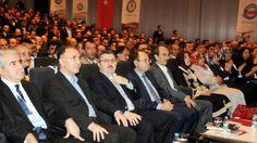 """�zın müracaat ettiği dikiş kursuna erkek almadan kurs açılamaz duruma gelmişse 19′uncu Milli Eğitim Şurası nda Eğitim Bir Sen in gündeme getirdiği herşeyin bu milletin arzusu, emri bulunduğu iddiasını savunan Ahmet Gündoğdu, """"75 sene kız erkek liseleri bunun gibi karma olmayan ve Atatürk ün başlattığı bu uygulamayı 28 Şubat ın antidemokratik sürecinde Metin Bostancıoğlu diye biri gelmiş, yasaklamış, ON kızın, kadının başvuru ettiği dikiş kursuna bile erkek almadan kurs açılamaz hale gelmişse…"""