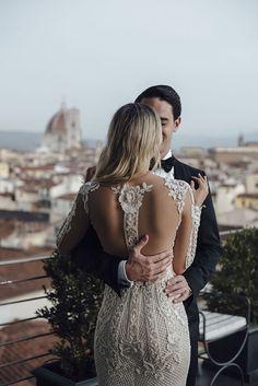 O segundo vestido de noiva de Camila Carril para a festa - modelo justo e bordado com forro nude e decote nas costas - destination wedding em Firenze, Itália ( Fotos: Tali Photography | Vestido: Galia Lahav )