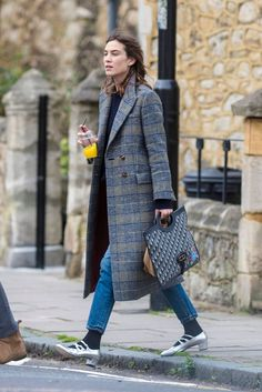 Alexa Chung Street Fashion - North London Alexa Chung Style, Outfits, Clothes and Latest Photos. Office Outfits Women, Mode Outfits, Casual Summer Outfits, Woman Outfits, Tokyo Fashion, Street Fashion, Streetwear, Alexa Chung Style, Looks Jeans