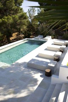 En el jardín hay la piscina donde puedo nadar y domar el sol y hay varios plantas y hay varios sofàs.