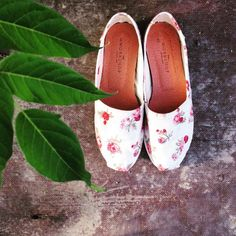 """""""Roses are red, violets are blue, flowers are nice but i prefer shoes"""". The Workshop Shoes - Ruth St. Blue Flowers, Red Roses, St Denis, Violets, Fashion Ideas, Espadrilles, Toms, Workshop, Spring Summer"""