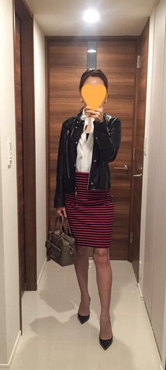 Leather jacket: ASTRAET, White shirt: Kamakura shirt, Striped skirt: allureville, Beige bag: Anya Hindmarch, Pumps: Christian Louboutin