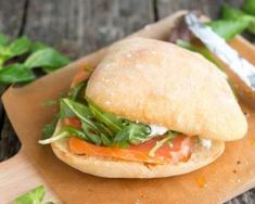 Light sandwich recipe quickly made of smoked salmon, spinach and fresh cheese … - Recipes Easy & Healthy Light Sandwiches, Wrap Sandwiches, Easy Healthy Recipes, Easy Meals, Salmon Burgers, Salmon Sandwich, Smoked Salmon, Sandwich Recipes, Hot Dog