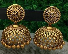Golden jhumka designs Source by Earrings Gold Jhumka Earrings, Indian Jewelry Earrings, Indian Jewelry Sets, Jewelry Design Earrings, Indian Wedding Jewelry, Gold Earrings Designs, Gold Jewellery Design, Jhumka Designs, Jewellery Box