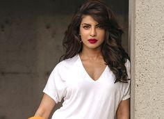 Femeia fără riduri - care sunt cele 2 ingrediente pe care le folosește pentru înfrumusețare? Priyanka Chopra, Anti Aging, Health Fitness, Hair Beauty, Make Up, V Neck, Womens Fashion, Cancer, Amor
