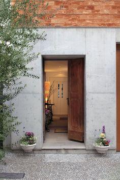 栗の木の玄関ドアは18世紀イタリアのもの