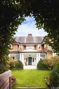 Stonehenge, Design Loft, House Design, Les Hamptons, Motif Art Deco, Grey Gardens, Small Gardens, Porch Lighting, Outdoor Lighting