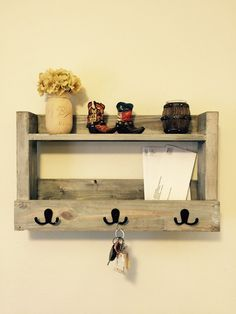 55 Rustic Key Holder Organized Ideas - Page 12 of 54 - Afshin Decor Mail And Key Holder, Wall Key Holder, Key Holders, Mail Holder, Diy Key Holder, Diy Wood Projects, Home Projects, Woodworking Projects, Cool Diy