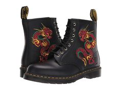 Doc Martens have been in style for almost 60 years, discover what made them so popular. We also discuss how to wear them in style! Dr. Martens, Botas Doc Martens, White Doc Martens, Doc Martens Outfit, Dr Martens 1460, Doc Martens Women, Dr Shoes, Me Too Shoes, Black Shoes