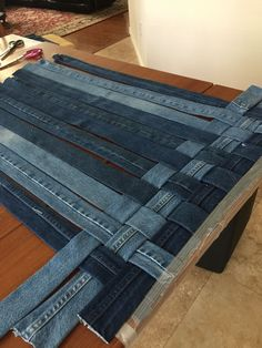 Decoration DecorationYou can find Recycle jeans and more on our website. Artisanats Denim, Denim Rug, Denim Quilts, Denim Purse, Clutch Purse, Jeans Recycling, Blue Jean Quilts, Denim Scraps, Fabric Scraps
