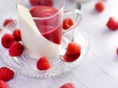 Panna cotta : Recette de Panna cotta - Marmiton Fruit Recipes, Smoothie Recipes, Sweet Recipes, Dessert Recipes, Italian Desserts, Mini Desserts, Sweet Desserts, Desserts Frais, Dessert Boxes