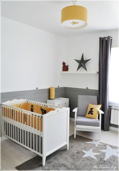 chambre bébé jaune et gris et blanc + tour de lit + tapis http://www.decobb.com Yellow Kids Rooms, Cool Kids Rooms, Baby Bedroom, Baby Room Diy, Baby Room Decor, Nursery Room, Kids Bedroom, Nursery Ideas, Nursery Decor
