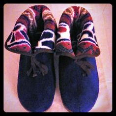 ! MUKLUKS FLATS Nwot. COMFY PAIR OF multi color flats. Size 7-8. Roomy!! MUKS LUKS Shoes Flats & Loafers