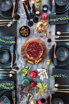 Athena Calderone EyeSwoon – Holiday Tablescape Now THIS is how to set a table Deco Table Noel, Dinner Party Table, Dinner Parties, Beautiful Table Settings, Cool Tables, Festa Party, Party Party, Decoration Table, Tablescapes