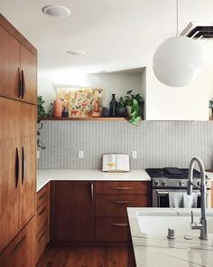 Midcentury modern style is a design aesthetic that celebrates all things functional. Perfect for a kitchen, eh? Here are six midcentury modern kitchen backsplash ideas that you'll want to copy pronto. Kitchen Sink Lighting, Modern Kitchen Backsplash, Kitchen Flooring, Backsplash Ideas, Kitchen Modern, Modern Kitchens, Light Wood Kitchens, Cool Kitchens, Midcentury Modern