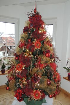100 Gorgeous Christmas Trees Decorations That Are the Best of its Kind - Ethinify Cool Christmas Trees, Christmas Tree Themes, Beautiful Christmas, Christmas Ornaments, Christmas Ideas, Christmas Christmas, Christmas Skirt, Christmas Bedroom, Rustic Christmas