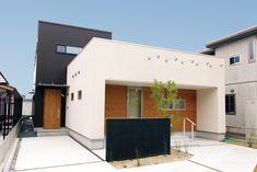 柔らかなアイボリーとブラックより少し優しいダークブラウンのボリューム。ドア・外壁の木感が、温かさをプラスしています。 #ルポハウス #設計士とつくる家 #注文住宅 #デザインハウス #自由設計 #マイホーム #家づくり #施工事例 #滋賀 #おしゃれ #アイボリー #ダークブラウン #木