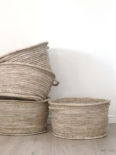 Use it for laundry, magazines, fire wood – whatever you need it for, this beautiful and versatile wicker basket will come in handy no matter where in your home you choose to put it. Toy Basket, Basket Bag, Blanket Basket, Decoration Inspiration, Design Inspiration, Rattan Lampe, Decorative Accessories, Home Accessories, Bed Styling