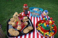 Decoraciones para caramelos, y mani en su cascara.